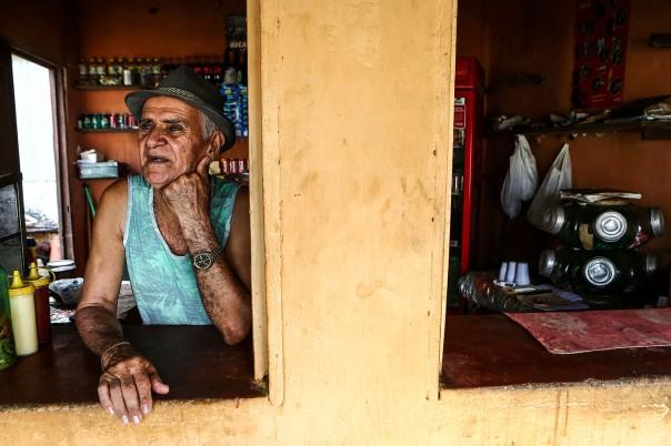 """CORRECAO DE LEGENDAFORTALEZA1 - CE - 18/08/2015 - SECA 100 ANOS/QUINZE - ESPECIAL PARA CIDADES OE - Cem anos depois da grande seca que assolou o sert""""o central do Cear· e inspirou o livro O Quinze, de Rachel de Queiroz, a regi""""o enfrenta outro grave perÌodo de falta de chuva pelo terceiro ano seguido. A reportagem refaz o trajeto da famÌlia fictÌcia criada pela escritora, formada por Chico Bento, Cordulna e cinco filhos, entre Quixad· e Fortaleza. Muita famÌlias ainda sofrem com a falta de ·gua e n""""o conseguiram produzir milhoe e feij""""o, os produtos da regi""""o. Na foto, O comerciante Francisco Lopes da Silva, de 70 anos, ex-funcion·rio da Rede Ferrovi·ria, que Mora e tem um pequeno bar em frente ‡ antiga estaÁ""""o do Matadouro, onde, no livro, Chico Bento e a famÌlia desembarcaram do trem quando chegaram em Fortaleza. Foto: WILTON JUNIOR/ESTAD√O"""